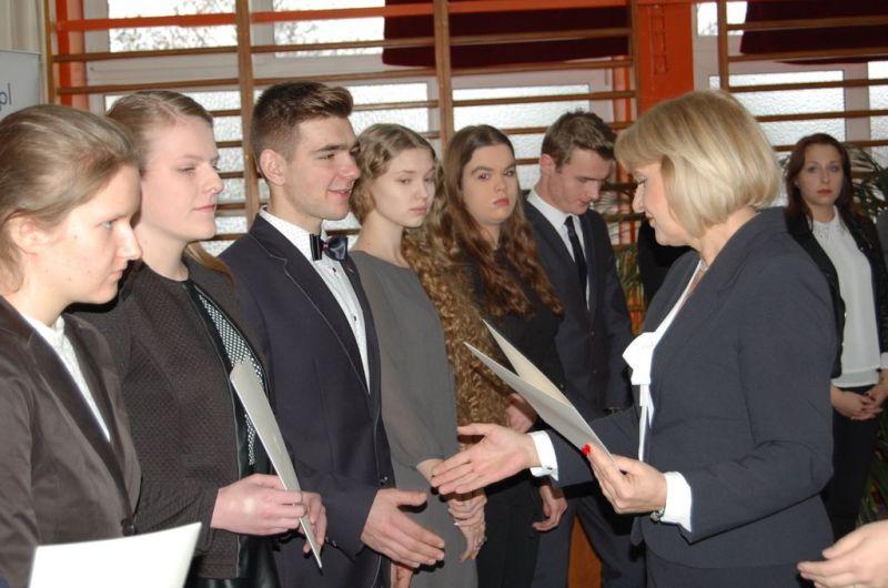 Podlaski Kurator Oświaty wręcza dyplomy stypendystom PRM 14.12.2016-1