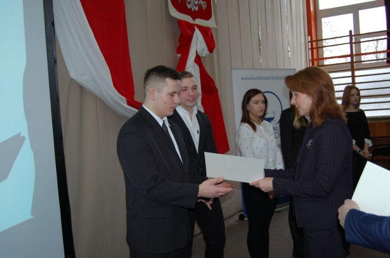 Wicekurator Oświaty wręcza dyplomy stypendystom PRM 14.12.2016 -3