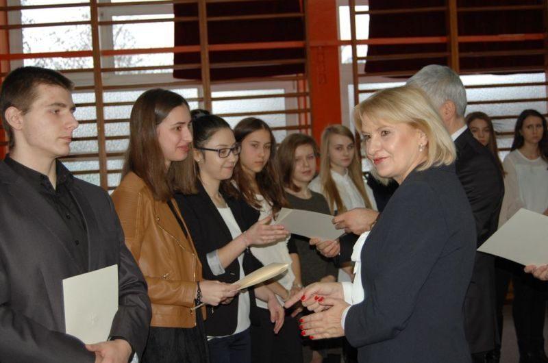 Wojewoda Podlaski i Podlaski Kurator Oświaty wręczają dyplomy stypendystom PRM 14.12.2016
