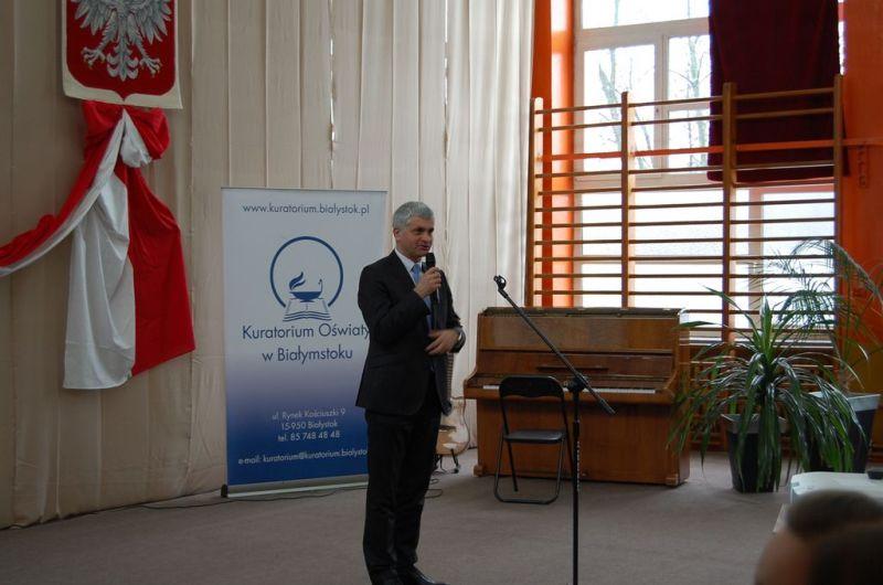 Wojewoda Podlaski przemawia do uczestników uroczystości wręczenia dyplomów stypendystom PRM 14.12.2016
