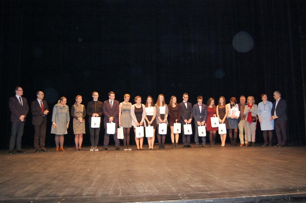 17. Laureaci i miejsca - LO z ZS Dąbrowa Białostocka wraz z członkami jury,organizatorami i gośćmi