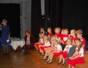 grupa taneczna siedząca przy scenie