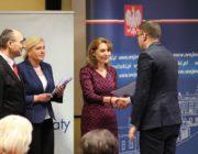 Wręczanie podziękowań zastępcy prezydenta Miasta Białegostoku