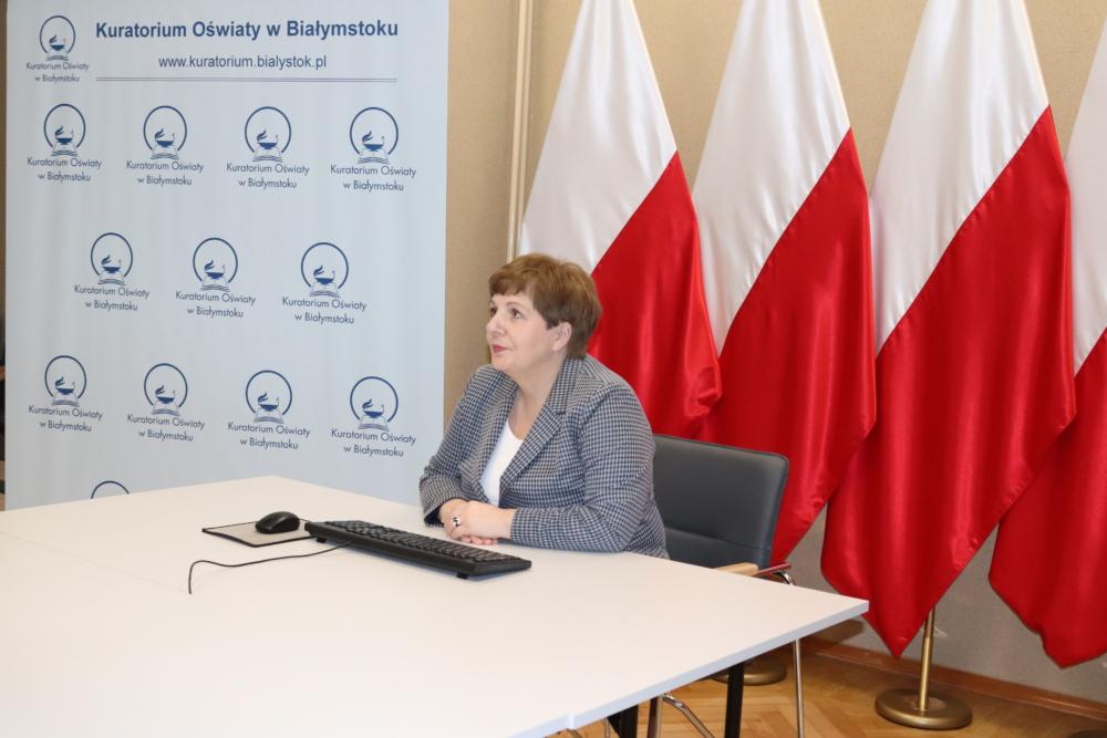 Na zdjęciu widoczna Pani Beata Pietruszka Podlaski Kurator Oświaty prowadząca konferencję.