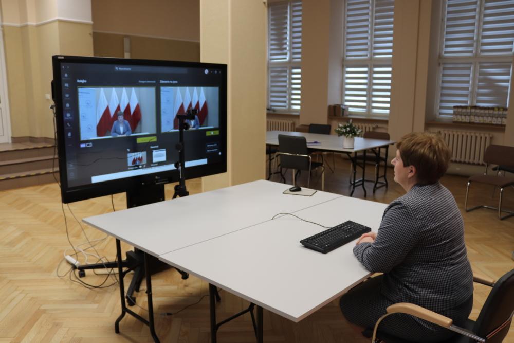 Na zdjęciu widoczna Pani Beata Pietruszka Podlaski Kurator Oświaty oraz ekran wyświetlający trwającą konferencję.