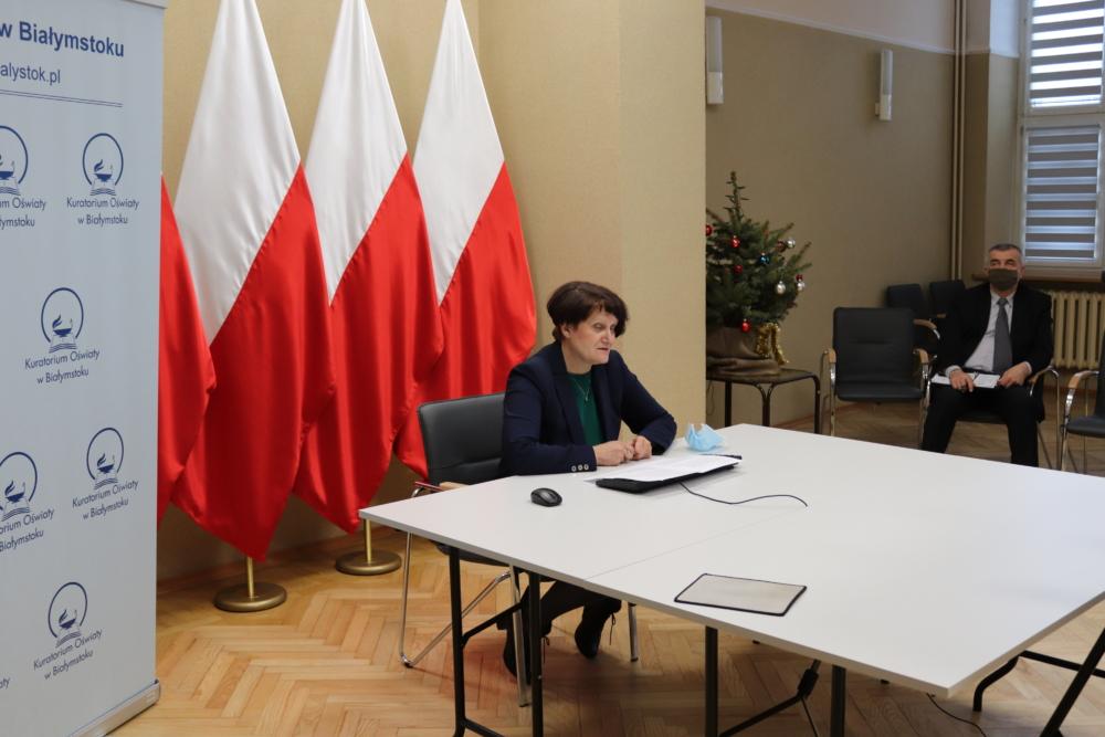 Na zdjęciu widoczna Pani Wicekurator Oświaty tle pracownik Kuratorium Oświaty w Białymstoku.